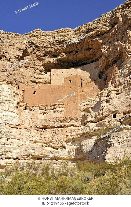 Montezuma Castle, rock castle of the Sinagua Indians, from around 1300 AD, Montezuma Castle National Monument, Verde Valley, Upper Sonoran Desert, Highway 17
