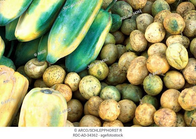 Papayas and Passions fruits, market, Ecuador, Carica papaya, Passiflora edulis