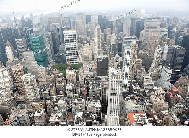 Metropolis, sea of houses, view from the Empire State Building to the skyscrapers of Midtown in fog, skyscrapers, Manhattan, New York City, USA, North America