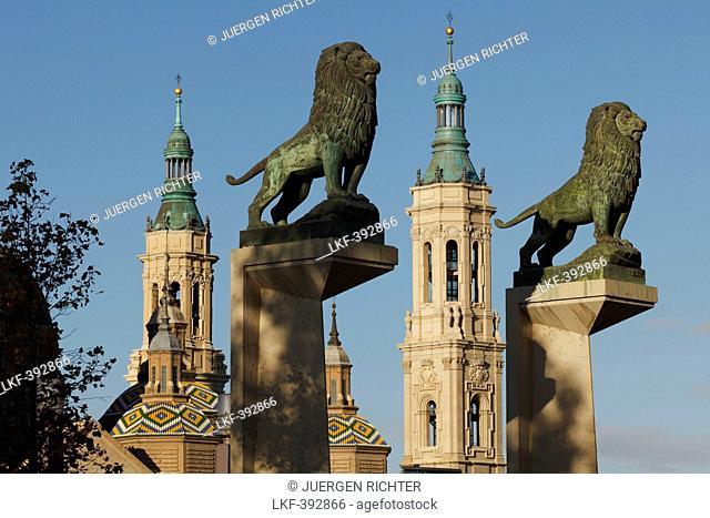 Bronze lions on the Puente de Piedra, stone bridge in front of the Basilica de Nuestra Senora del Pilar, Zaragoza, Saragossa, province of Zaragoza, Aragon
