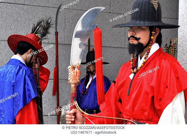 Seoul (South Korea): guards in traditional Korean outfit at the entrance of the Gwanghwamun Gate, by the Geunjeongjeon Palace