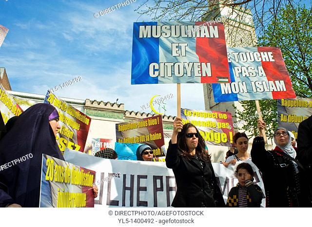 Paris, France, Muslim Women, Demonstrating Against Islamophobie, holding Signs