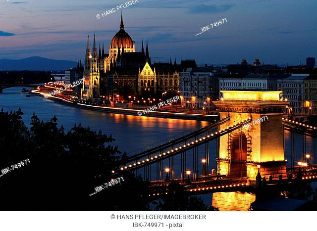 Chain Bridge (Szechenyi lanchid) at night, Budapest, Hungary