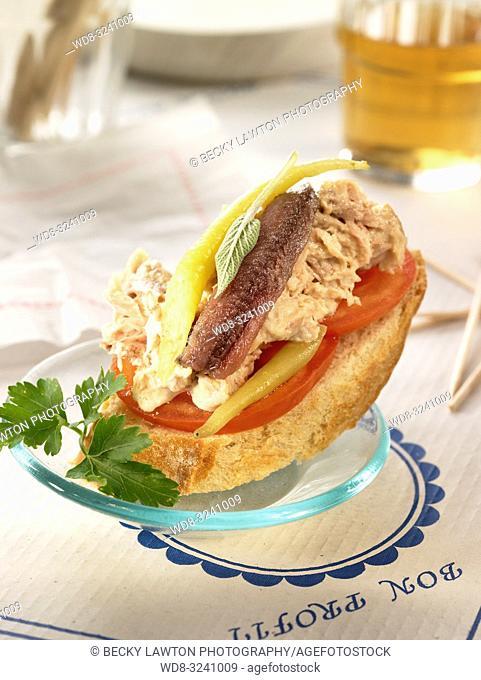 montadito de anchoa, bonito en escabeche, tomate y guindilla