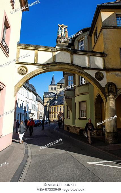 Street leading to the Church of Our dear Lady, Liebfrauenkirche, Unesco world heritage sight, Trier, Moselle valley, Rhineland-Palatinate, Germany