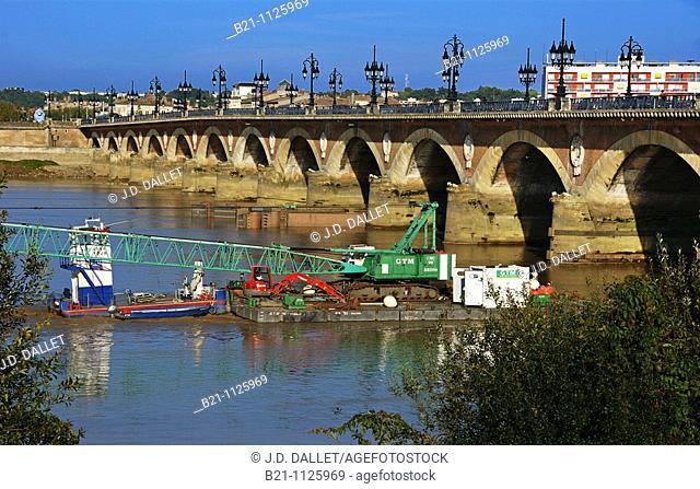 Barge under the Pont de Pierre (Stone Bridge) on the Garonne river, Bordeaux, Gironde, Aquitaine, France