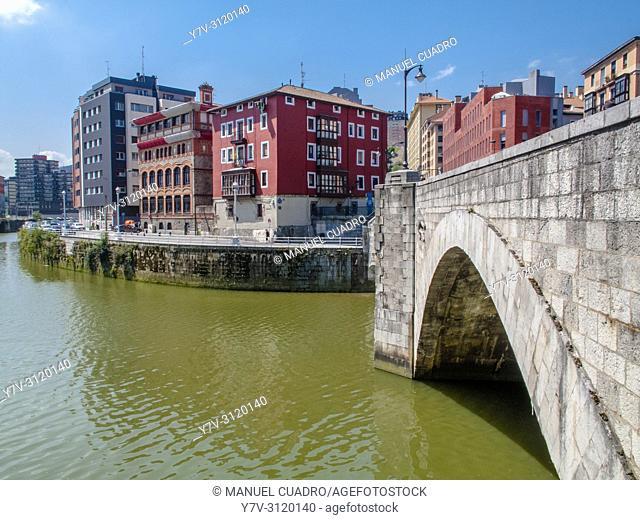 Muelle de Urazurrutia en Bilbao la Vieja and Puente de San Antón. Old town, Bilbao, Biscay, Basque Country, Spain