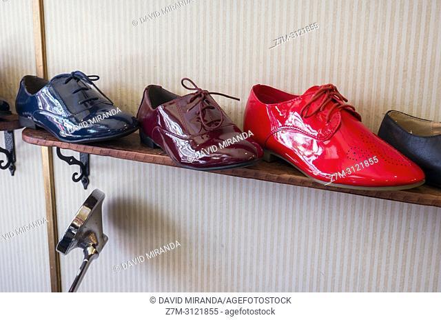 Zapatos en el Mercado de El Rastro. Madrid, Spain