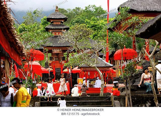 Praying pilgrims, Hindu New Year Festival, Pura Besakhi, held every 10 years, at Agung volcano, 2567m, Bali, Republic of Indonesia, Asia