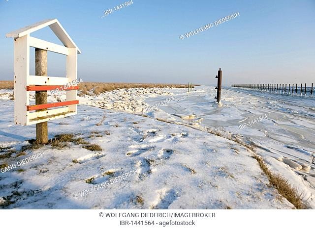 Icy harbour entrance to the village of Suederhafen, winter on the Nordstrand Peninsula, North Sea, North Friesland, Schleswig-Holstein, northern Germany, Europe