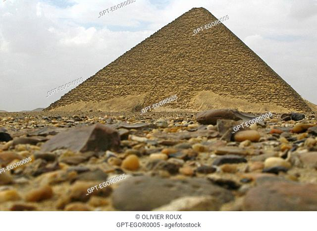 FIRST COMPLETE PYRAMID IN EGYPT OF THE KING SENEFRU FATHER OF KEOPS END OF THE 3RD DYNASTY, 2500 BC, 40 KM FROM CAIRO ON THE HIGH EGYPT ROUTE, EGYPT, AFRICA