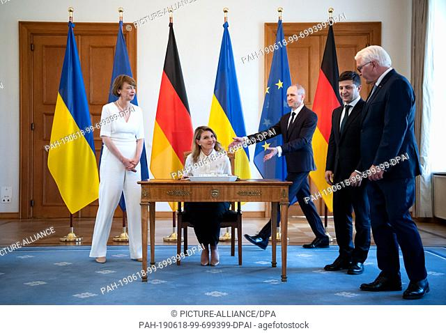 18 June 2019, Berlin: Olena Selenska (2nd from left) signs the guest book in the presence of her husband, Volodymyr Selensky (2nd from right)