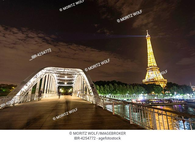 Illuminated Eiffel Tower at night, footbridge over River Seine, tour Eiffel, Paris, Ile-de-France, France