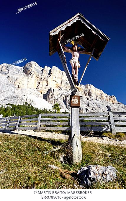 Wayside cross at the Heiligkreuz refuge, Mt Heiligkreuzkofel at back, Alta Badia, Dolomites, South Tyrol, Trentino-Alto Adige, Italy