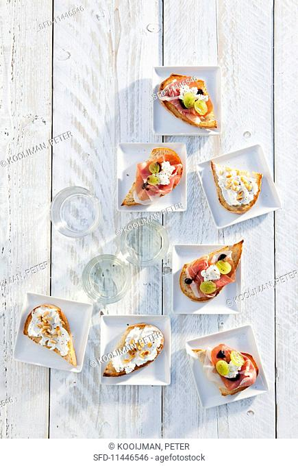 Bruschetta with rocket, Parma ham and grapes