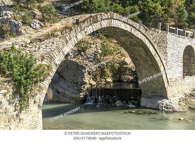 Osmanische Steinbogenbrücke und die Thermalquellen von Benja bei Permet, Albanien, Europa | Ottoman stone arch bridge and Benja Thermal Baths in Benje near...