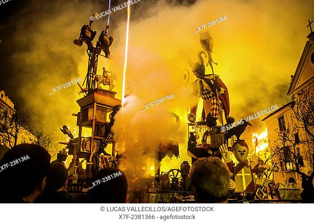 Falla of Na Jordana burning,by Manolo Martín,Fallas Festival,