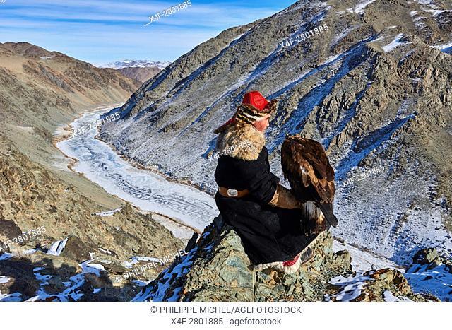 Mongolia, Bayan-Olgii province, Kazakh eagle hunter, Golden Eagle hunting in Altai mountains, winter season