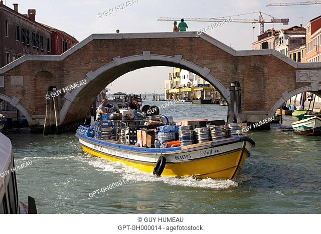 BEER DELIVERED BY BOAT, VENICE, VENETIA, ITALY