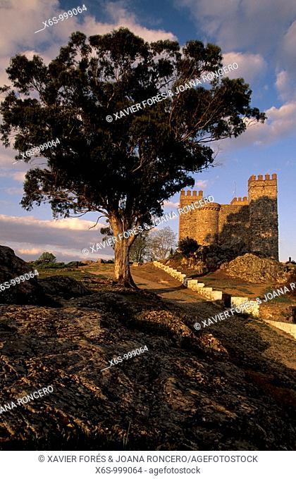 Cortegana Castle, Natural park of  Sierra de Aracena y Picos Aroche, Huelva, Spain / Castillo de Cortegana, P. Natural de la Sierra de Aracena y Picos Aroche