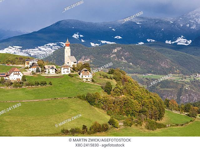 The village of Mittelberg (Monte di Mezzo) on Mt. Ritten (Renon) near Bozen (Bolzano). Europe, Central Europe, South Tyrol, Italy