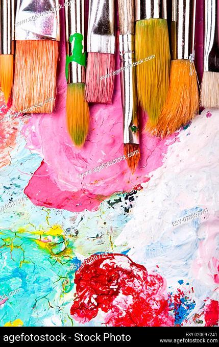 Farbpalette mit vielen Pinseln