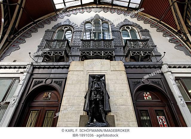 Historic main hall, entrance to the waiting room 1st Class with bronze monument, London Paddington station, London, England, United Kingdom, Europe