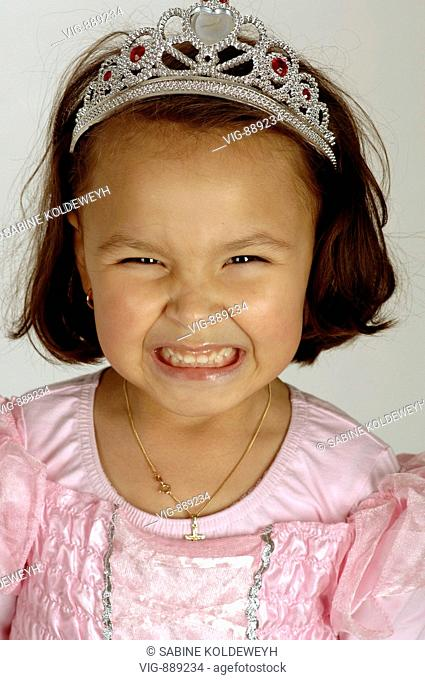 A young girl poses as a princess in front of the camera. - 30/06/2008