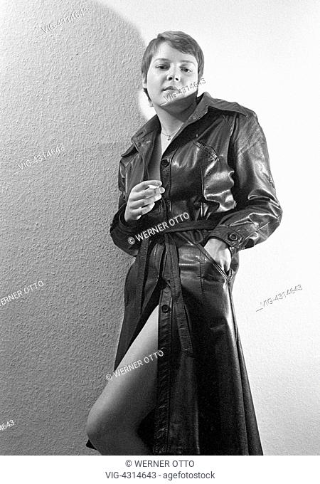 DEUTSCHLAND, OBERHAUSEN, STERKRADE, 24.09.1975, Seventies, black and white photo, people, young woman smoking a cigarette, leather coat
