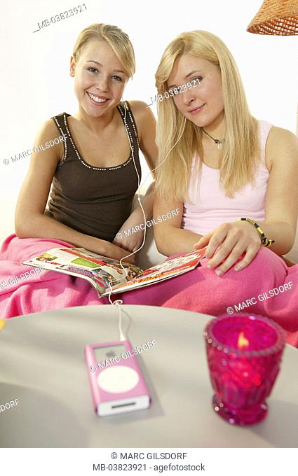 Sofa, friends, MP3-Player, music,  hearing, smiling, sitting,   Series, youth, teenagers, girls, teenagers, 16-18 years, blond, long-haired, cheerfully