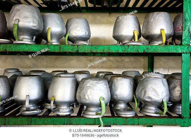estanteria en cocina de monasterio tibetano con jarras de aluminio para agua, shelves in kitchen Tibetan monastery with aluminum water jugs