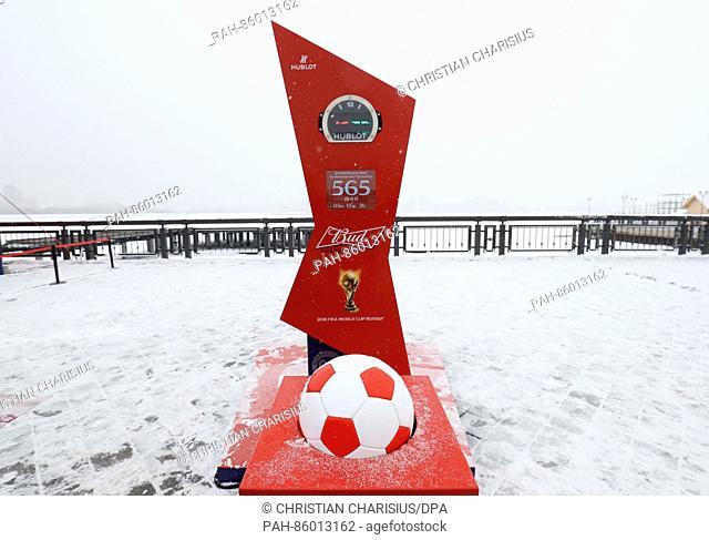 Ein Fußball als symbolischer Startknopf und die Countdown-Uhr für den Beginn des Confed Cup 2017 sind am 26.11.2016 in Kasan, Russland