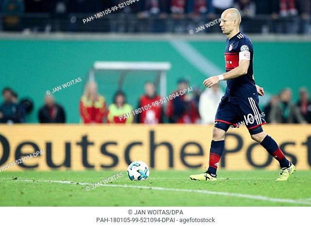 Bayern Munich's player Arjen Robben places the ball for a penalty during a match against RB Leipzig in the Red Bull Arena in Leipzig, Germany, 25 October 2017