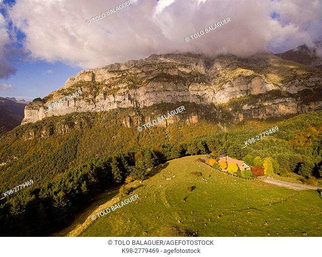 Mountain refuge of Gabardito, Hecho valley, western valleys, Pyrenean mountain range, province of Huesca, Aragon, Spain