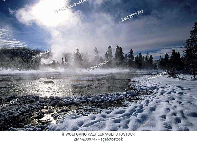 USA, WYOMING, YELLOWSTONE NATIONAL PARK, HOT SPRINGS, WINTER SCENE