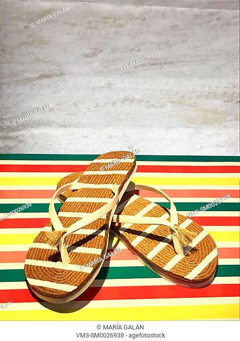 Striped esparto flip-flops