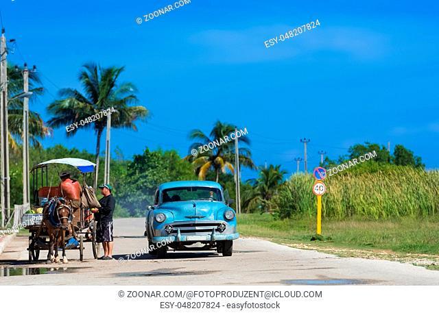 Kubanischer Strassenhändler verkauft seine Ware am Strassenrand Cuban street hawker sells his goods at the roadside