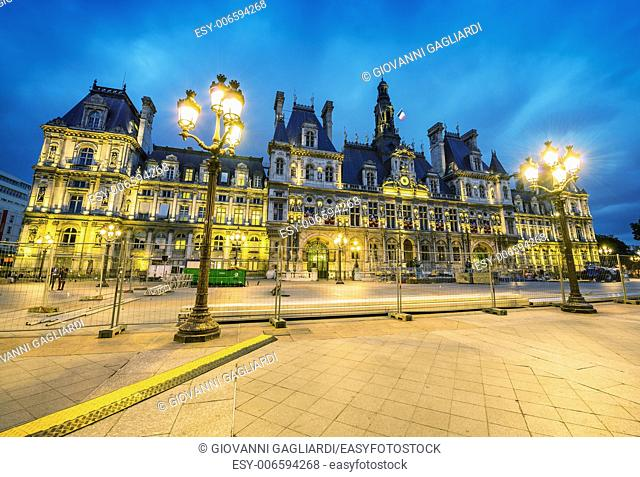 Amazing view of Hotel de Ville after sunset - Paris