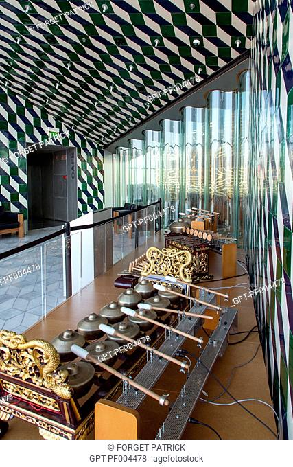 EXHIBITION OF MUSICAL INSTRUMENTS, MIX OF GLASS AND AZULEJOS, CASA DA MUSICA (THE HOUSE OF MUSIC), ARCHITECT REM KOOLHAAS, PORTO, PORTUGAL