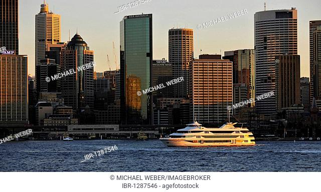 View of Sydney Cove, cruise ship off Circular Quay, port, skyline of Sydney, Central Business District, Sydney, New South Wales, Australia