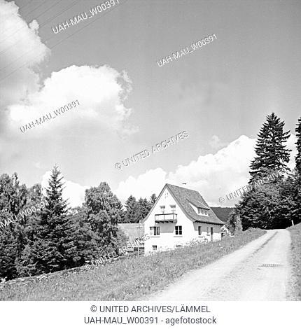 Ein merlische Einfamilienhaus in einer Berglandschaft, Deutschland 1930er Jahre. A scenic house in a mointain landscape, Germany 1930s