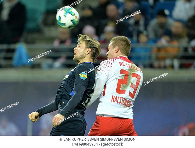 left to right: Alexander ESSWEIN (B), Marcel HALSTENBERG (L), Kopfballduell, Kopfball, duels, Aktion, Fussball 1. Bundesliga, 17