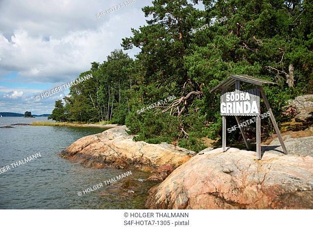 Schweden, Insel Grinda, Schild am Ufer