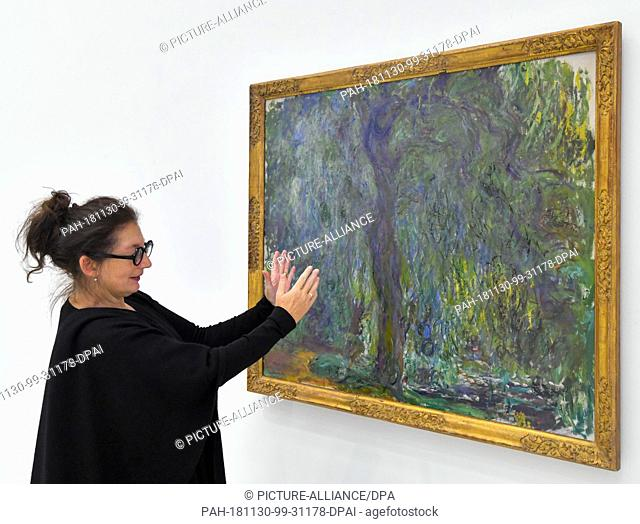 """30 November 2018, Brandenburg, Cottbus: Ulrike Kremeier, director of the Brandenburg State Museum of Modern Art (BLMK), explains the oil painting """"""""Weeping..."""