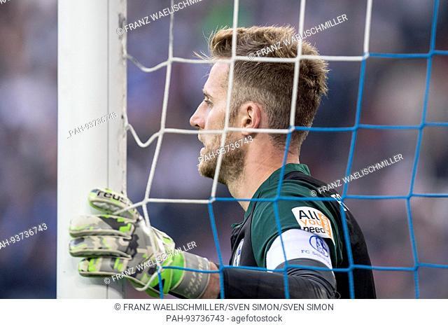 Torwart Ralf FAEHRMANN (FAHRMANN) (GE) stuetzt sich mit einer Hand an den Torpfosten; Kapitaensbinde; Fussball 1. Bundesliga, 1