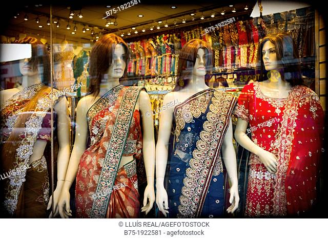 Maniquies dressed in Sari in shop window of fashionable indú shop, in Southall, London, england, UK
