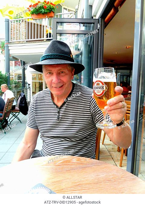 ENGLISH TOURIST SHOWS BEER; WERFEN, AUSTRIA; 07/09/2010
