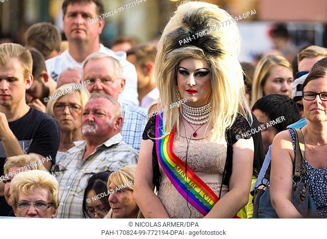 dpatop - A drag queen is waiting for Angela Merkel to arrive at an event of the election camapign in Bayreuth, Germany, 24 August 2017