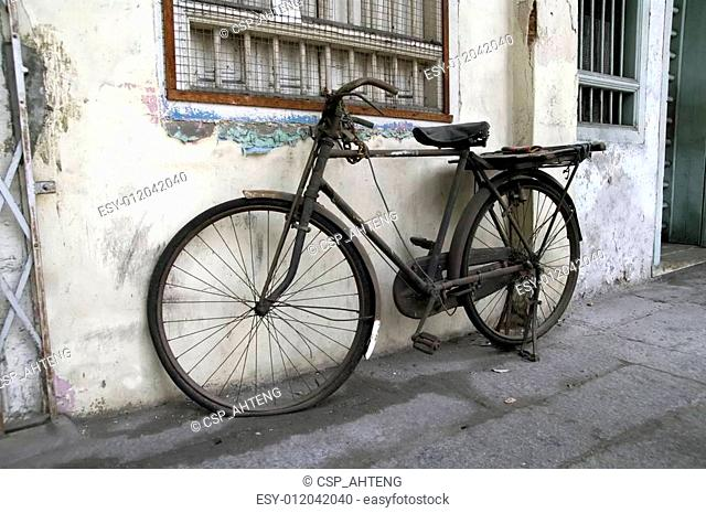 Abandoned damaged bicycle