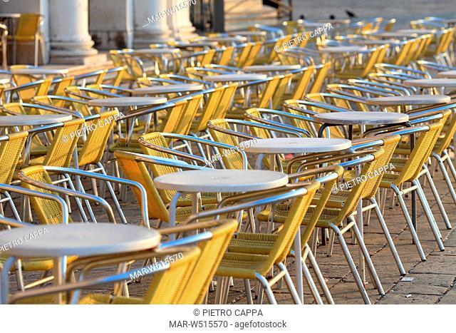 tavolini e sedie di un caffè in piazza san marco, venezia, italia